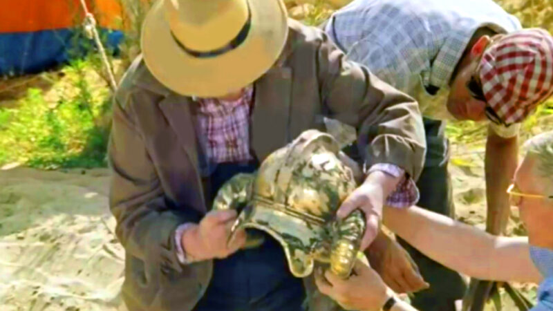 Фильм «Джентльмены удачи» (1971) — чей шлем нашли археологи?